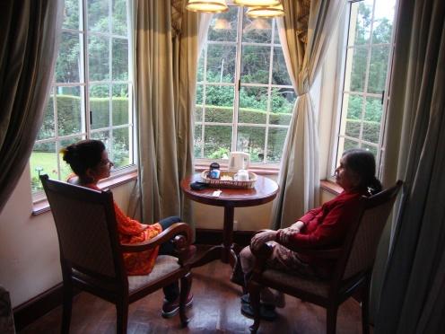 मी आणि माझ्या सासुबाई समोर चहा