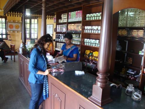 चहाच्या दुकानात वेगवेगळे चहा बघत असताना - श्रीलंका