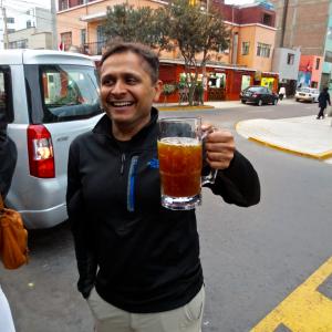 पेरूवियन health-juice चा आस्वाद घेताना माझा मित्र मकरंद.